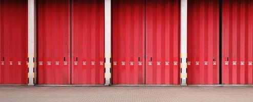 corpo de bombeiros hong kong - porta vermelha brilhante da estação foto
