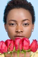 mulher segurando rosas foto