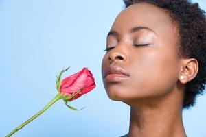 mulher cheirando rosa foto
