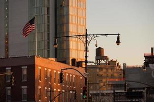 bandeira e lanterna em manhattan durante o pôr do sol
