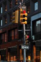 sinal de trânsito vermelho em new york city foto