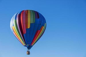 balão de ar quente contra um céu azul foto