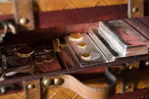 caixa de ouro + moedas e barras de prata foto