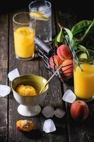 pêssegos, suco e sorvete foto