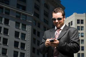 empresário lendo a mensagem de texto foto