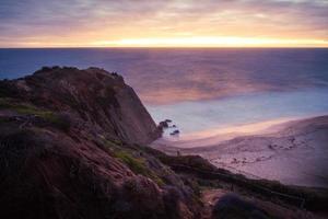 point dume state beach ao pôr do sol em malibu, ca