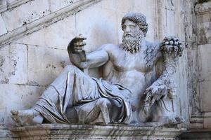 a estátua de nilo, datada do século iv em Roma, Itália foto