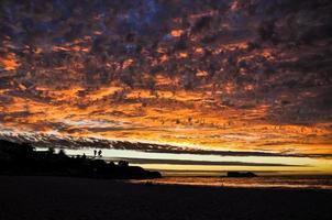 pôr do sol em clifton beach - cidade do cabo, áfrica do sul