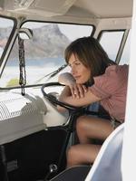 mulher na van, olhando a vista das montanhas foto