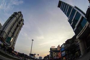 a manhã por do sol na rua dai co viet, hanoi, vienam foto