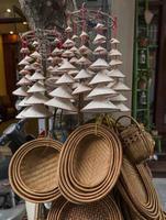 lembranças, incluindo cestas e chapéus cônicos em miniatura em hanoi