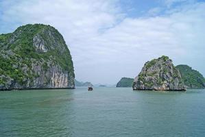 barco na baía de halong foto
