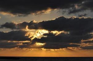 pôr do sol na praia de tel aviv foto