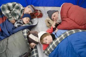 viagem de acampamento em família foto