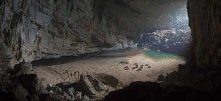 acampamento dentro da caverna