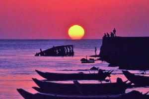 danshui, pôr do sol no horizonte foto