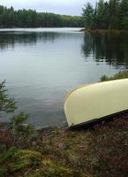 canoa à beira do lago foto