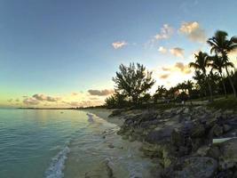 nascer do sol sobre san salvador, bahamas foto