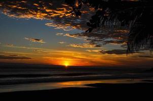 belo pôr do sol de playa el zonte, el salvador