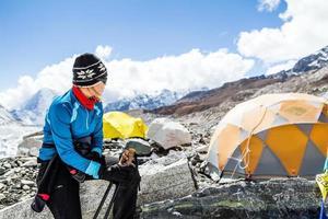 alpinista de mulher no acampamento base do everest