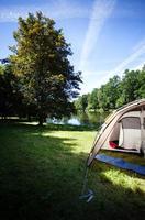 acampar à beira do lago foto