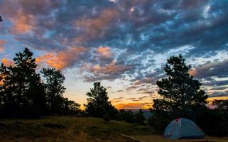 viagem de acampamento vale da montanha rochosa