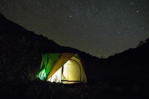 barraca iluminada sob as estrelas do crepúsculo foto