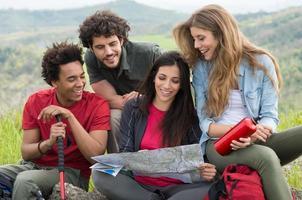 grupo de pessoas em viagem de acampamento