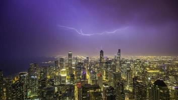 panorama da noite no centro de chicago durante tempestade foto