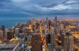 skyline do centro de chicago à noite, illinois foto