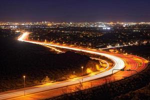paisagem urbana de noite de fênix, arizona (versão noturna) foto