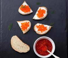 pão com creme de queijo fresco e caviar vermelho foto
