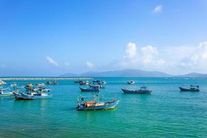 barcos de pesca na marina em nha trang, vietnã foto