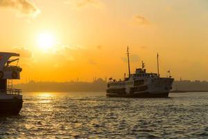 ferries de Istambul em um fundo por do sol foto