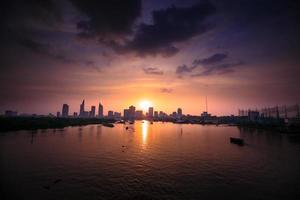 pôr do sol no rio saigon foto