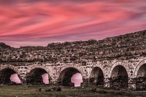 pôr do sol no castelo histórico foto