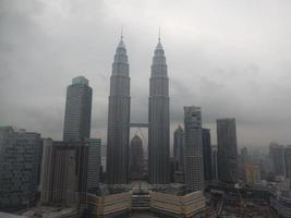 skyline de kl com torres pertonas foto