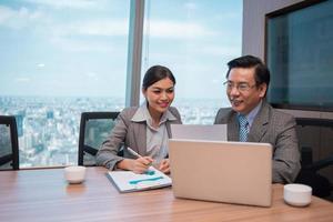 analisando documentos financeiros foto