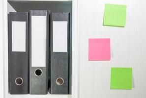 pastas para documentos em uma estante de livros foto