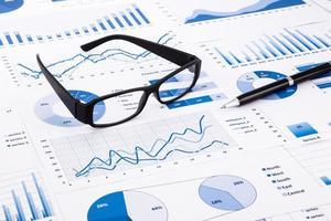 tabelas de negócios azuis, gráficos, documentos e papelada foto