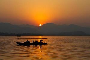 pôr do sol no oeste lago hangzhou china foto