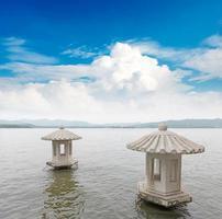 bela paisagem do lago oeste em hangzhou, china foto