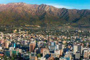 vista aérea de santiago do chile e montanhas circundantes foto