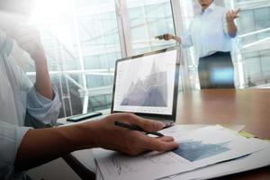 documentos de negócios na mesa de escritório com telefone inteligente