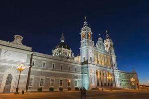 Catedral de Almudena à noite em madrid