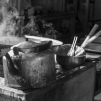 bule e panela fumegante no mercado muçulmano, xian, china