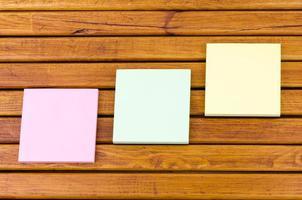 mensagens e documentos em uma mesa de café de madeira