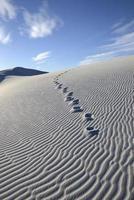 pegadas na duna de areia