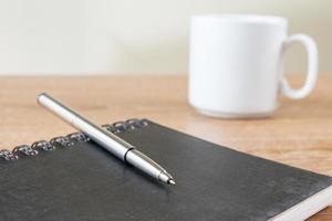 caderno na mesa foto