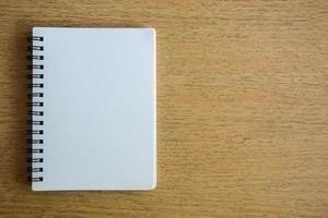 caderno aberto na textura de madeira foto